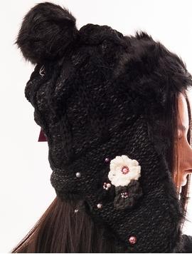 Caciula Tricotata Cu Urechi, Blanita Si Floricele Neagra